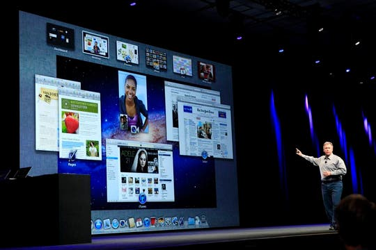 Phil Schiller, vicepresidente de Marketing de Apple, muestra las nuevas funciones de Mac OS X Lion. Foto: Reuters