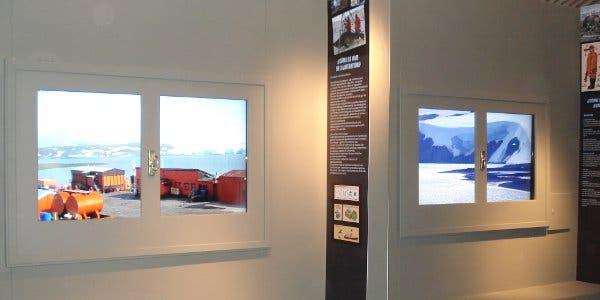 Dentro de una casa con vista a los hielos continentales blancos