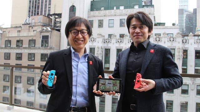 El director ejecutivo Shinya Takahashi junto a Yoshiaki Koizumi, desarrollador de la plataforma Switch, junto a la consola durante el lanzamiento del equipo en Nueva York