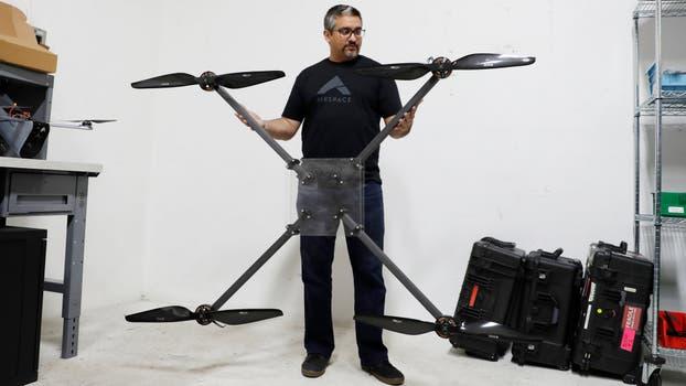 Jaz Banga, cofundador y CEO de Airspace, muestra la estructrura de un prototipo de un cazador de drones. Foto: Reuters