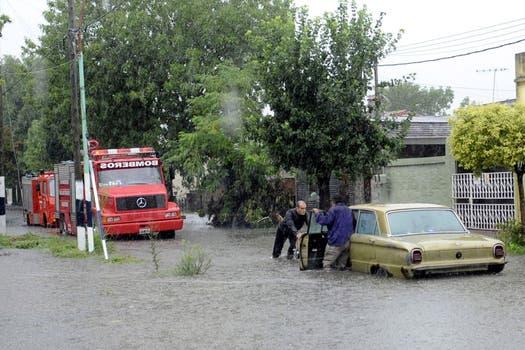 Continúa el mal tiempo y se agrava la situación en las zonas inundadas. Berisso es una de las zonas más afectadas. Foto: DyN