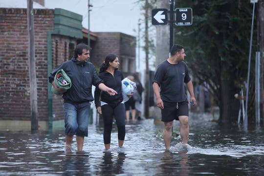 Las fuertes lluvias en la ciudad de La Plata generaron inundaciones y destrozos, hay varios muertos confirmados.. Foto: LA NACION / Ezequiel Muñoz