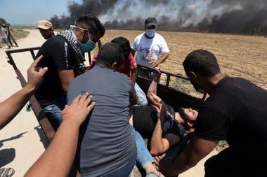 Un manifestante palestino herido es evacuado durante la protesta contra el traslado de la embajada de EE. UU. A Jerusalén