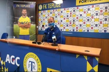 Con barbijo, Pavel Hoftych, el entrenador de Slovan Liberec, de la República Checa, da su conferencia de prensa luego del partido con FK Teplice.