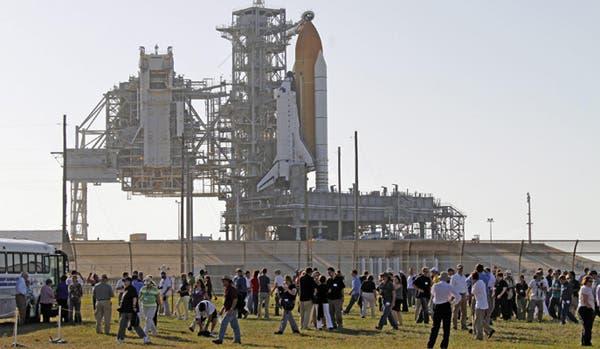 Visitantes observan la plataforma de lanzamiento del transbordador Atlantis en Cabo Cañaveral. Foto: EFE
