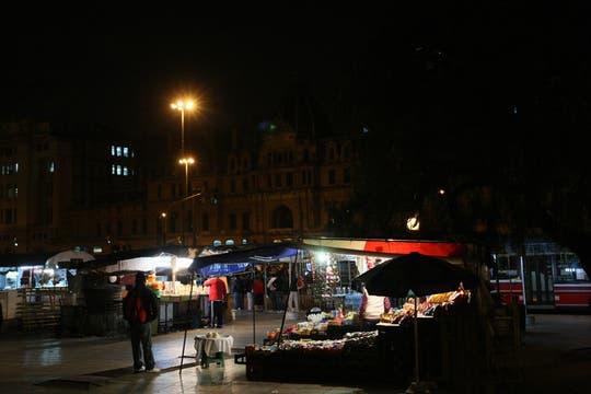 Los puestos de venta de diferentes artículos permanecen abiertos las 24 hs. Foto: LA NACION / Fabián Marelli