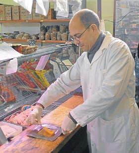 El doctor Gerardo Leotta es uno de los expertos que toman las muestras