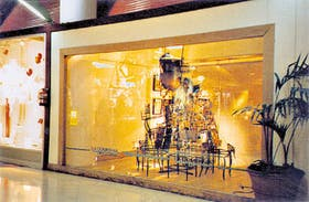 La vidriera de La Compañía en el Buenos Aires Design Recoleta recrea, con sillas, un árbol de Navidad