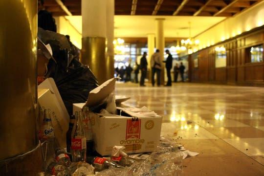 Mucha basura quedó acumulada en el salón; sólo queda eso. Foto: LA NACION / Sebastián Rodeiro