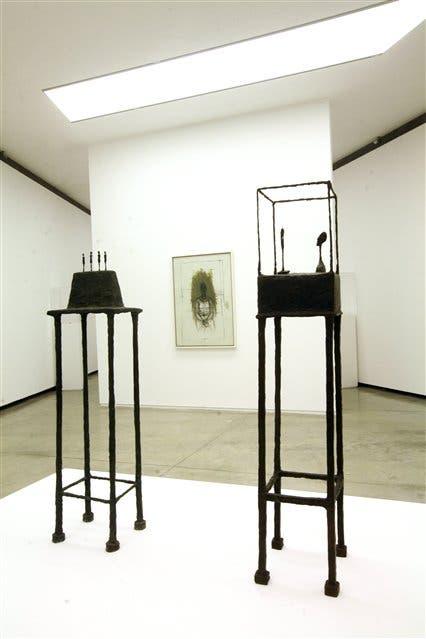 En las salas de Proa se pueden apreciar distintas facetas de Giacometti: desde sus esculturas más conocidas hasta sus óleos sobre tela como Caroline llorando, de 1962
