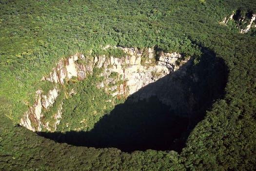 Este gigantesco cráter ubicado en el Parque Nacional Jaua-Sarisariñama, en Venezuela, se formó a partir de una depresión en la superficie de la tierra. Foto: BBC Mundo