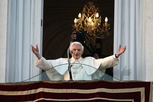 Ya en la sede de Castelgandolfo salió al balcón a saludar a la gente que lo esperaba. Foto: AP