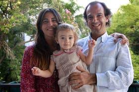 Andrea y Santiago, junto a su hija Rosario, una historia con final feliz