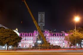 La grúa para desmontar el Monumento a Colón sigue estacionada detrás de la Casa Rosada
