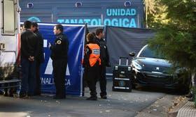 Peritos de la policía revisan un sector de Fraga al 1300, donde fue hallado el auto con el cuerpo de la víctima