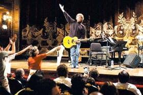 Luis Alberto Spinetta dio la bienvenida a un público formado por varias generaciones