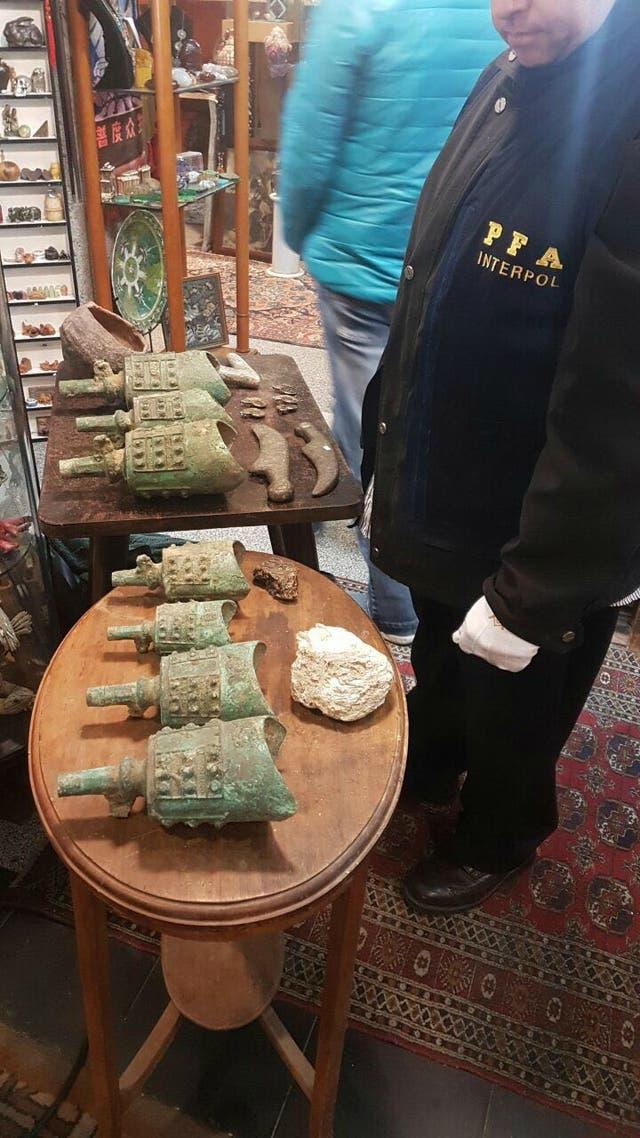 En un allanamiento, la policía secuestró piezas arqueológicas, paleontológicas, y elementos con simbología nazi