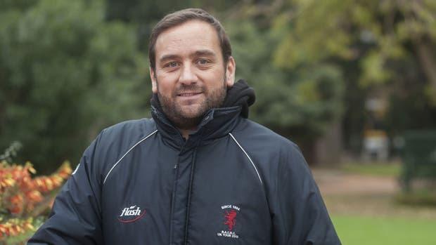 Juan Pablo entrena a chicos de 14 años en el rugby mientras espera su trasplante de riñón