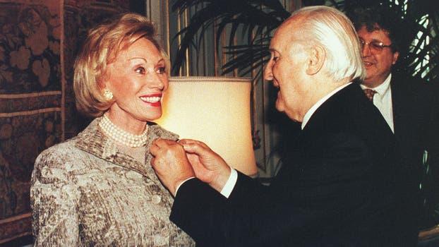 El presidente italiano Oscar Luigi Scalfaro la condecoró en el Palacio del Quirina en Roma, en noviembre de 1996. Foto: Gentileza Clarín