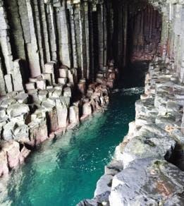 """""""Sobre crecimiento y forma"""" habla de las similitudes entre la estructura de la colmena y la de la gruta de Fingal, una cueva marina escocesa formada de basalto hexagonal."""