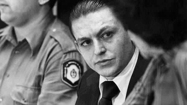Carlos Robledo Puch conversa con su abogada defensora, a poco de conocerse la sentencia que lo condena a reclusión perpetua el 27 de noviembre de 1980