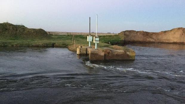 Denuncian que, de manera intencional, abrieron una brecha de por lo menos diez metros junto a una compuerta que regula el pase del agua de una laguna