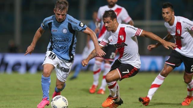 Iván Etevenaux jugando para Belgrano contra River