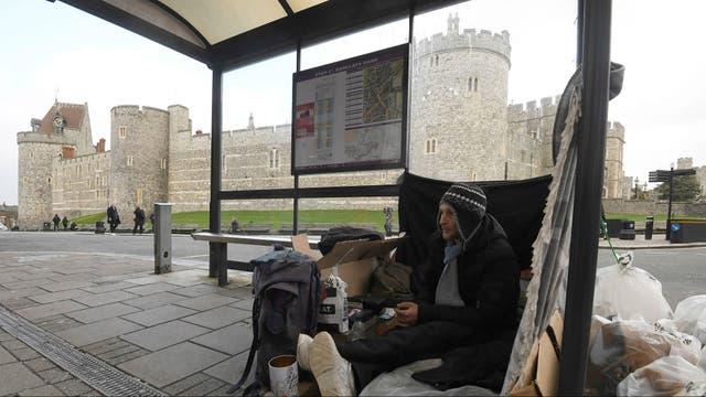 Un un hombre sin hogar mendiga a metros del castillo de Windsor