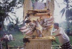 Los ritos funerarios se viven como una fiesta, con procesiones, creaciones de papel, nubes de incienso y ritmo de percusión