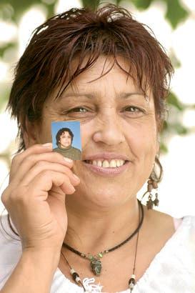 Dora. Ahora sonríe: asegura ser otra mujer. Y como para probarlo, muestra una foto carnet de hace tres años, cuando todavía padecía los golpes de su pareja