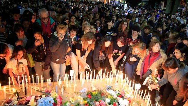 Familiares, amigos, vecinos, todos se acercaron a recordar a las víctimas.