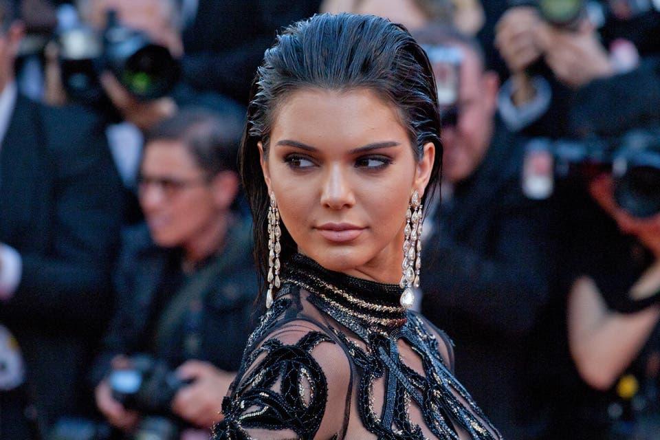 Wet look y mirada fulminante para Kendall Jenner, un combo que te convertirá en una de las 15 mejores peinadas de 2016. Foto: OHLALÁ! /Latinstock
