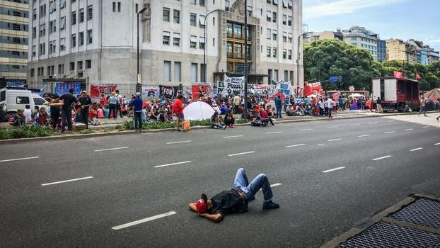 Corte y acampe provoca caos en la Avenida 9 de Julio