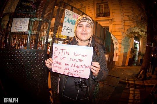 Una militante le dedica un mensaje al presidente de Rusia; por contraste, la Argentina tiene ley de matrimonio igualitario. Foto: Facebook/damhidalgo