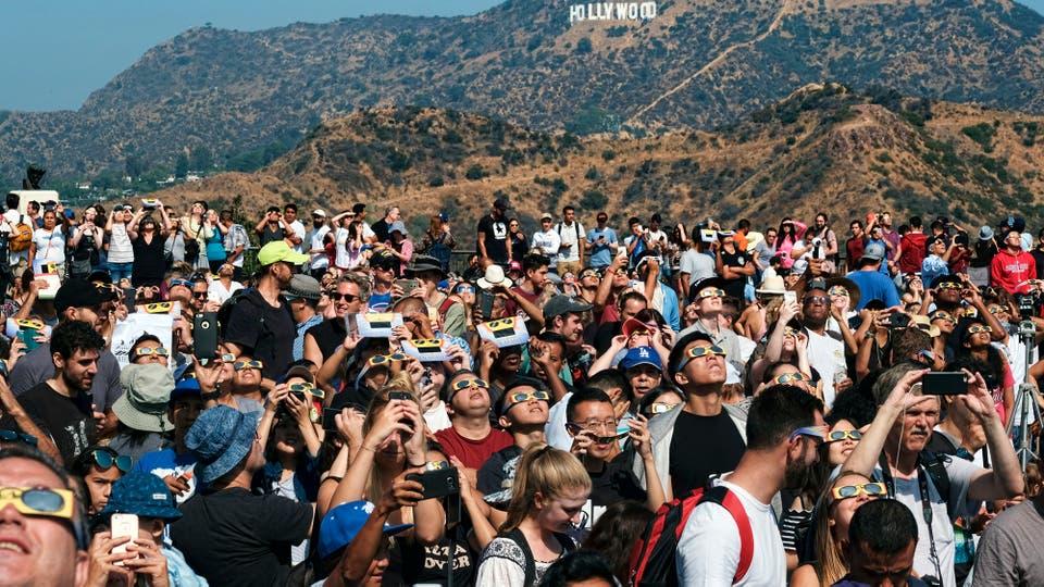En Hollywood cientos de personas miran el eclipse. Foto: AP