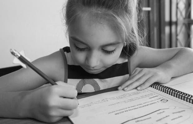 En cuarto grado, Candela trabaja en letra de imprenta y lápiz