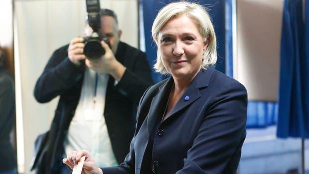 Hamon dijo a sus simpatizantes que rehacen a Le Pen de