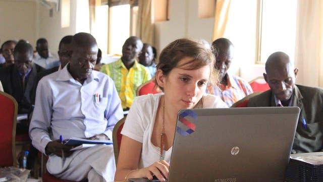 Natalia Cantent (economista) en Uganda: después de haber cursado un posgrado en Estados Unidos aceptó el desafío de viajar a África para ocuparse de evaluar los planes educativos para 2000 chicos de 158 escuelas primarias