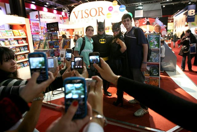 Los superhéroes como Batman caminan por los pasillos de la Feria siempre dispuestos para la foto