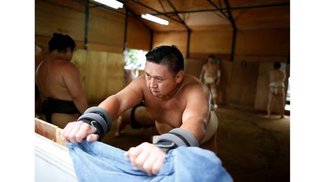 """Hoy, el alguna vez campeón, habla japonés casi impecable, tiene una esposa japonesa y ha renunciado a su nacionalidad mongol para convertirse en japonés, requisito para convertirse en un maestro de sumo, o """"oyakata""""."""
