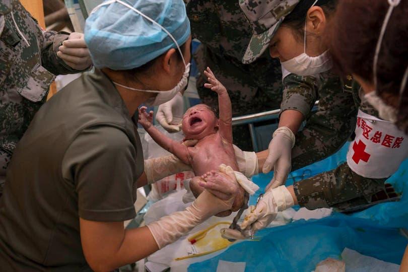 En medio de la tragedia, el milagro de la vida cuando una mujer dio a luz entre los escombros. Foto: AP