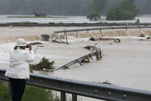 Graves inundaciones que no ceden en numerosas regiones de Alemania, República Checa y Austria, amenazan con llegar a Hungría, Eslovaquia y Polonia, dejaron hasta el momento ocho muertos y una decena de desaparecidos. Foto: AP
