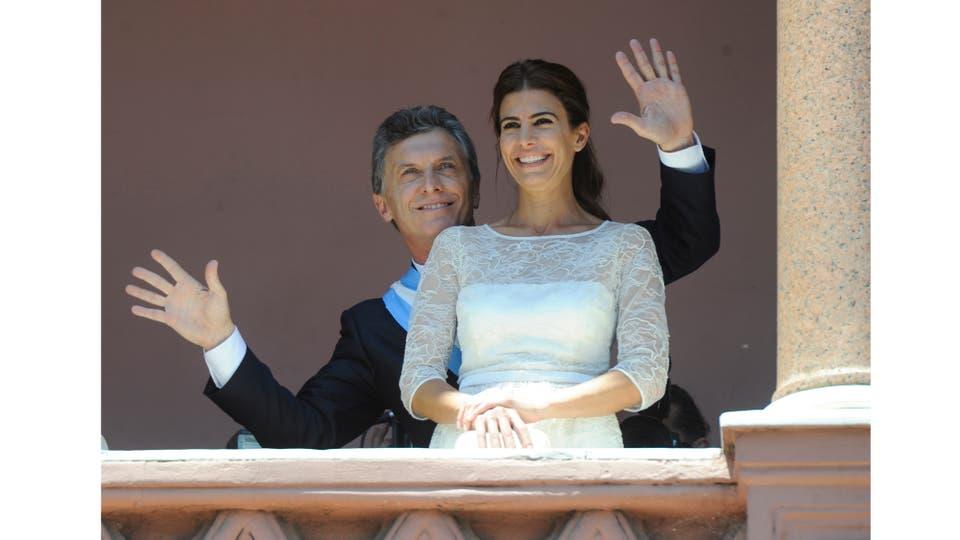 El presidente Mauricio Macri, junto a su esposa, baila en el balcón de la Casa Rosada, luego de su asunción, Buenos Aires, 10 de diciembre 2015. Foto: Roleri Juan