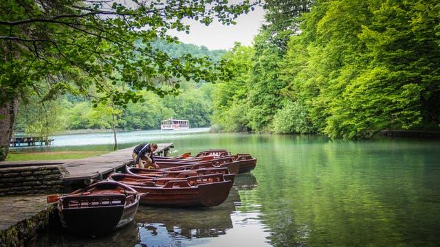 Entre Zagreb y Split hay una parada obligatoria para los amantes de la naturaleza. El Parque Nacional Lagos de Plitvice, declarado Patrimonio Mundial en 1979, tiene 16 lagos de entre 10 y 46 metros de profundidad, y cascadas de hasta 80 metros de altura. Se puede navegar y hacer trekking