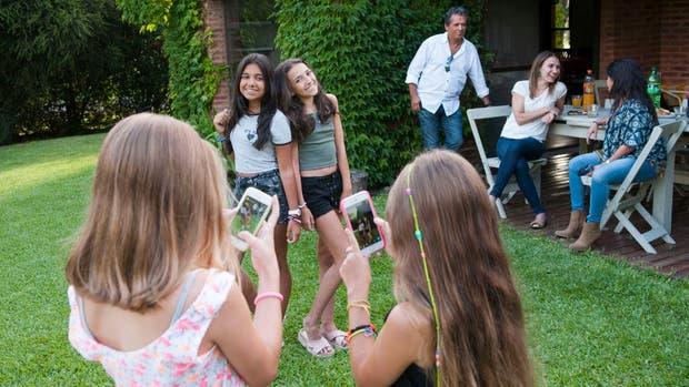 Valentina y Julia posan ante la presencia paterna; después, en las redes, buscan alejarse de la mirada adulta