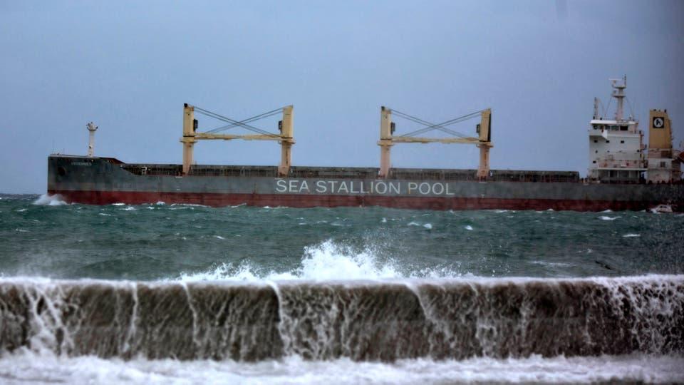 Un barco carguero en la bahía de La Habana, no se han reportado víctimas pese a los fuertes vientos que azotaron la isla. Foto: AP / Ramón Espinosa