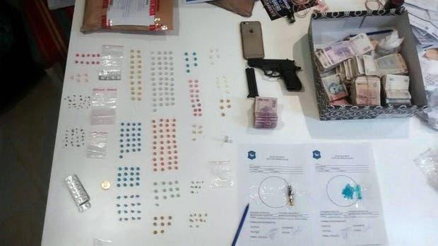 Armas, dinero y drogas en la casa del policía