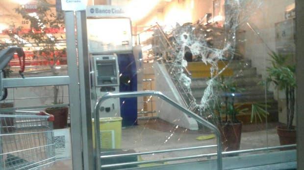 Intentaron robar un cajero automático en un supermercado y en la huida tiraron clavos miguelito