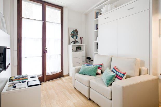 El gran ventanal de línea clásica, que contrasta con el estilo minimalista del equipamiento, es el único elemento que queda del planteo original.