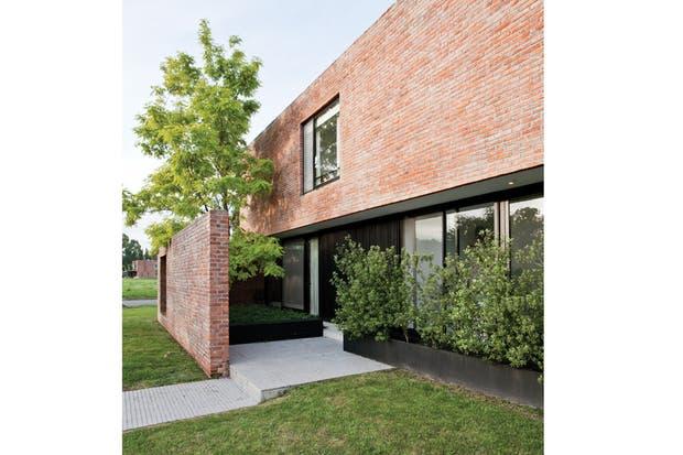 La galería se diseñó como un ambiente más: de la misma magnitud que el estar-comedor, es profunda y de doble altura, y se puede integrar completamente abriendo las puertas-ventana corredizas del frente..